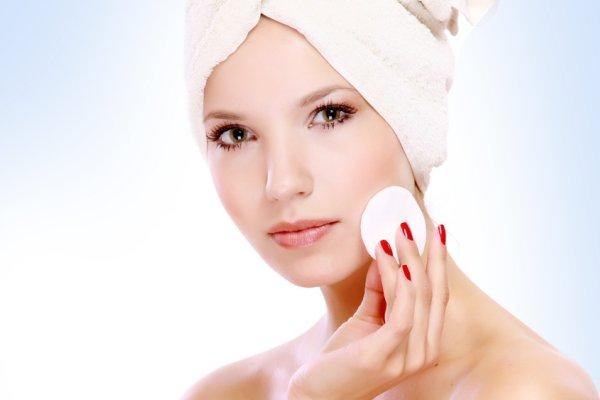 Žena čisti lice, Foto: lenetstan/Shutterstock