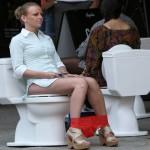 djevojka-sjedi-na-solji