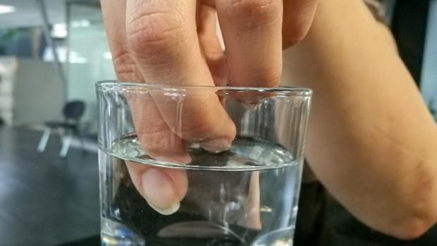 Ruka-u-casi-prsti-u-vodi-voda-620x350